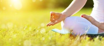 Hand die van vrouw in lotusbloempositie het praktizeren yoga mediteren royalty-vrije stock fotografie