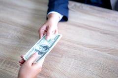 Hand die van zaken of geld geven betalen royalty-vrije stock afbeelding