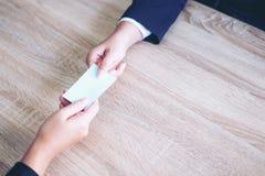Hand die van zaken naamkaart geven stock afbeelding