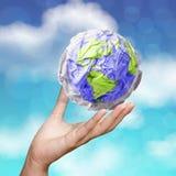 Hand die verfrommeld werelddocument symbool tonen Stock Foto