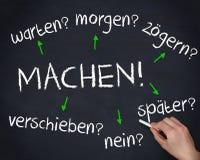 Hand die verscheidene Duitse vraagwoorden met een krijt schrijven stock foto
