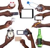 Hand, die verschiedene Gegenstände lokalisiert auf Weiß hält Lizenzfreie Stockfotos