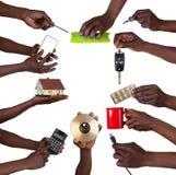 Hand, die verschiedene Gegenstände hält Stockfotos