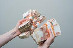 Hand, die viele der russischen Banknoten hält Lizenzfreies Stockbild