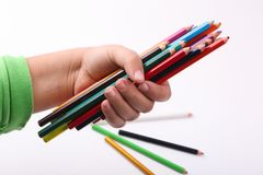 Hand, die Vielzahl von hölzernen Farben hält Lizenzfreie Stockbilder