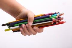 Hand, die Vielzahl von hölzernen Farben hält stockfotografie