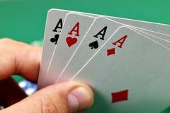 Hand, die vier Asse anhält Lizenzfreie Stockbilder