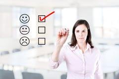 Hand die vinkje met rode teller op de evaluatievorm van de klantendienst zetten Bureauachtergrond Stock Afbeeldingen