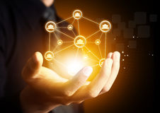 Hand, die virtuelle Ikone des Sozialen Netzes hält