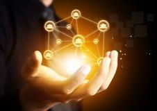 Hand, die virtuelle Ikone des Sozialen Netzes hält Lizenzfreies Stockfoto