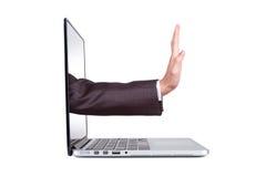 Hand, die vom leeren Bildschirm herauskommt Stockfotos