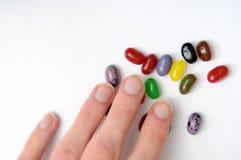 Hand die voor Jellybeans bereikt stock fotografie
