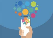Hand die vrije/frameless smartphone van de volgende generatievatting met touchscreen houden als illustratie met kleurrijke bellen Stock Afbeeldingen