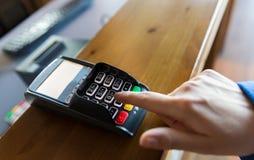 Hand die wachtwoord ingaan aan bankterminal Royalty-vrije Stock Fotografie