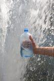 Hand, die Wasser erfasst Stockbilder