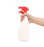 Hand, die weiße Plastiksprühflasche hält. Stockbild
