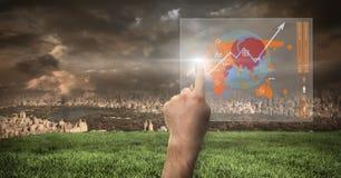 Hand, die Weltkarteschnittstelle mit Stadt zeigend sich berührt Stockbilder