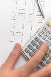 Hand die wetenschappelijke calculator voor zaken gebruikt stock foto's