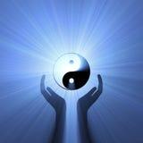 Hand, die Yin Yang Zeichenaufflackern unterstützt Lizenzfreie Stockfotos