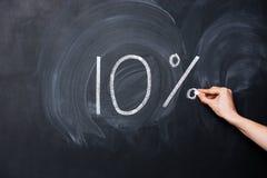 Hand, die zehn Prozent auf Tafel zeichnet Stockfoto