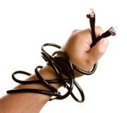 Hand die zwarte netwerkkabel holdiing. stock foto