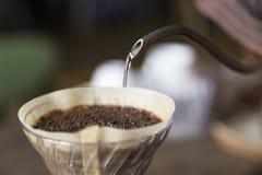 Hand-dirp Kaffee und lassen das Wasser fallen Stockfotografie
