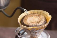 Hand-dirp Kaffee und lassen das Wasser fallen Lizenzfreie Stockfotografie