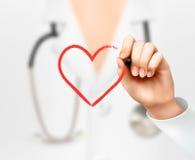 Hand Doktors, die ein Herzsymbol zeichnet stock abbildung