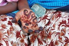 Hand, dollar en henna Stock Afbeeldingen