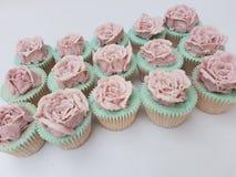 Hand door buizen geleide buttercream nam uitstekend cupcakes toe Stock Foto's