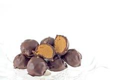 Hand doppade choklad täckte krämer för jordnötsmör Royaltyfri Fotografi