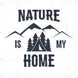 Hand dragen bergadvventureetikett Naturen är min hem- illustration Royaltyfri Bild