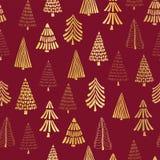 Hand dragen guld- folie för julgranar på röd sömlös vektormodellbakgrund Metalliska skinande guld- träd Elegant design för royaltyfri illustrationer