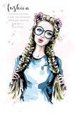 Hand dragen härlig kvinnastående Kvinna för blont hår för mode med två flätade trådar stilfull solglasögon för flicka vektor illustrationer