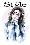 Hand dragen härlig ung kvinna i solglasögon fashion kvinnan skissa royaltyfri illustrationer
