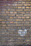 Hand dragen kritahjärta på en tegelstenvägg Royaltyfria Foton