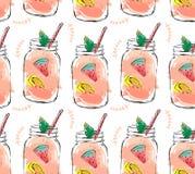Hand dragen modell för seamlees för nya frukter för tid för vektorabstrakt begreppsommar organisk med coctailen i glasflaskakrus Arkivfoto