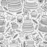 Hand dragen modell med födelsedagbeståndsdelar Berömkakor och olika sötsaker Sömlös bakgrund, svart översikt Fotografering för Bildbyråer