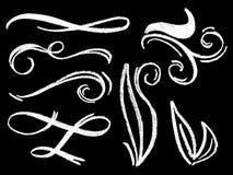 Hand-dragen prydnad för kritablommandevirvlar på svart tavla Vit kritaavdelare eller gränsbeståndsdel royaltyfri illustrationer