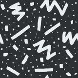 Hand dragen sömlös modell för vektor i memphis stil med band, sicksack och klickar på mörk grå bakgrund Arkivfoto