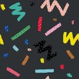 Hand dragen sömlös modell för vektor i memphis stil med färgrika band, sicksack och klickar på mörk grå bakgrund Fotografering för Bildbyråer