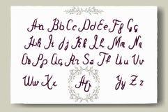 Hand dragit alfabet som är skriftligt med borstepennan Full version Arkivfoto