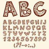 Hand dragit folkloric dekorativt alfabet för klotter med nummer royaltyfria bilder