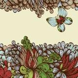 Hand dragit inbjudankort med fantasiblommor och fjärilar Royaltyfria Foton