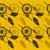 Hand-dragit med färgpulverdreamcatcher med fjädrar, pilar seamless modell Arkivbild
