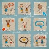 Hand-drawn kinderen en geplaatste toespraakbellen Stock Foto's