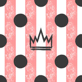 Hand-drawn kroon en stippen op een gestreepte achtergrond Grunge, graffiti, schets, inkt, verf Naadloos patroon voor meisjes royalty-vrije illustratie