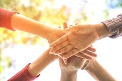 Hand drei, die Einheit, Geschäftsteamwork, Freundschaft, Konzepthintergrund zusammenhält Lizenzfreie Stockfotos