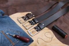 Hand drie - gemaakte leerriem DIY De riem van de leerdraad stock fotografie