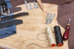 Hand drie - gemaakte leerriem DIY De riem van de leerdraad stock foto's